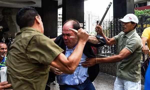 Julio Borges siendo atacado por colectivos pro-gobierno | Foto: AFP