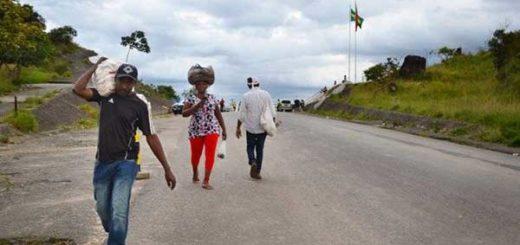 Los venezolanos en Pacaraima, Brasil, llevan arroz a través de la frontera a su país. Cerca de 10.000 venezolanos están llegando a Brasil cada mes en busca de alimentos y medicinas, según las autoridades. | Foto: Marina Lopes / Por el Washington Post