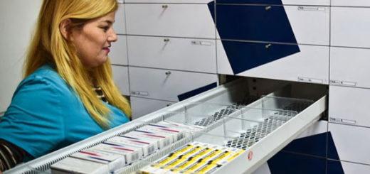 Los anaqueles de las farmacias están casi vacíos por la crisis de escasez de medicinas | Foto: AFP