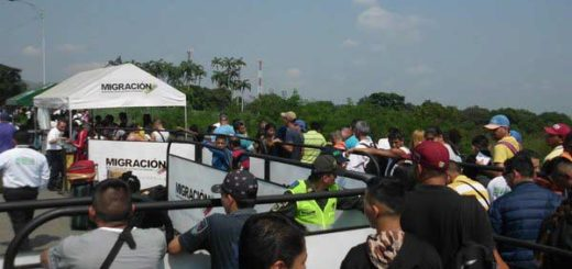 Largas colas para cruzar la frontera por controles migratorios de Colombia | Foto: José G. Hernández / La Nación