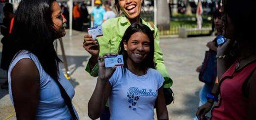Maduro entregará 40 mil becas estudiantiles a jóvenes con carnet de la patria |Foto: AFP