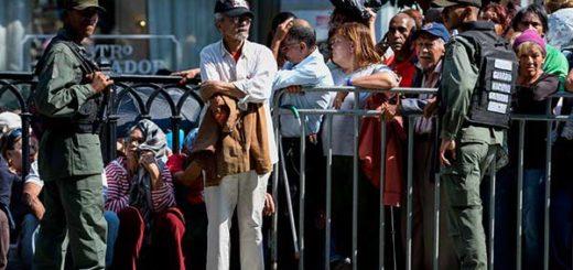 Centenares de caraqueños hacen colas por el carnet |Foto: AFP