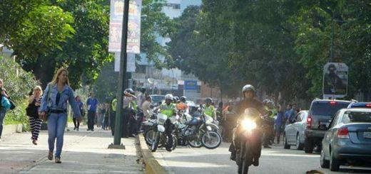 Usuarios protestan frente a la sede de Cencoex en Caracas | Foto: Twitter