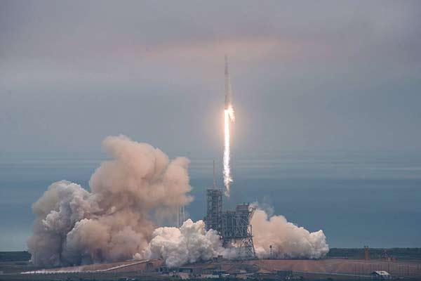 El SpaceX Falcon 9 en el momento de su despegue  Foto: EFE