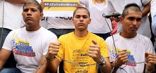 Estudiantes oprimidos se raparon la cabeza frente a los Tribunales del Zulia | Foto: Nota de prensa