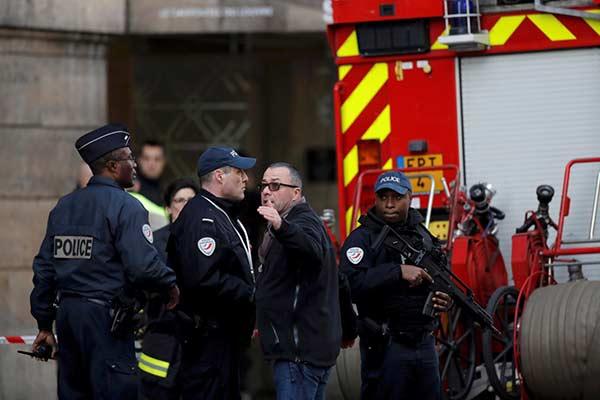 Hombre con machete ataca a militares en el Louvre de París | Foto: EFE