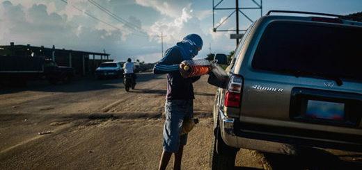 En La Guajira venezolana, los niños abandonan la escuela para vender gasolina | Créditos: Santi Donaire para The New York Times en Español
