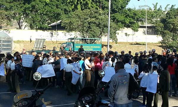 Alumnos del Liceo Militar Francisco de Miranda protestan en la Av. Valle-Coche | Foto: Twitter