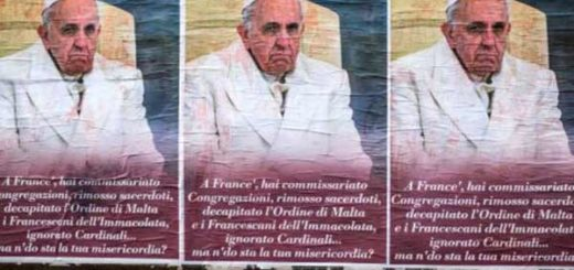 Carteles con críticas al Papa Francisco | Foto: EFE