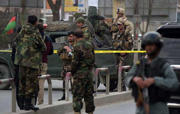 30 víctimas mortales dejó ataque de ISIS a hospital militar de Kabul   Foto: Agencias
