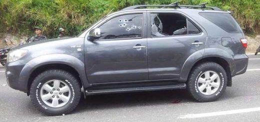 Asesinan de múltiples disparos a tres personas que se trasladaban en una Toyota Fortuner en la bajada de Tazón | Foto: @RCamachoVzla