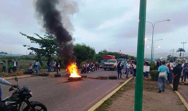 """Estudiantes cierran vía de El Tocuyo ante """"paro"""" de transporte público   Foto:  Twitter"""