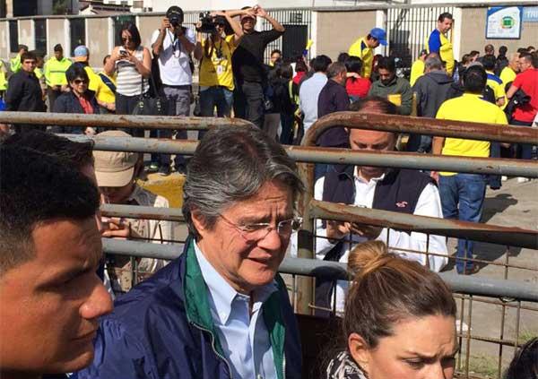 Agreden al candidato Guillermo Lasso al salir del estadio Olímpico Atahualpa   Foto: Twitter