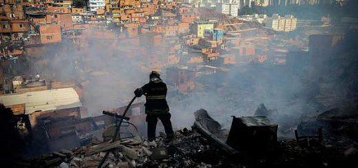Medio centenar de casas fueron devoradas por el fuego en una favela de Sao Paulo | Foto: EFE