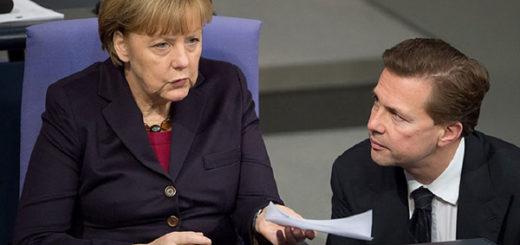 Angela Merkel junto al vocero del gobierno alemán Steffen Seibert | Foto: referencial