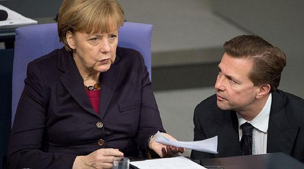 Angela Merkel junto al vocero del gobierno de Alemania,Steffen Seibert | Foto: referencial
