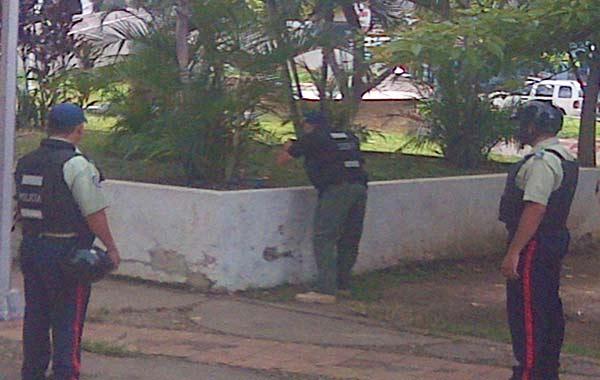 Policías inspeccionaron el artefacto |Foto:  @Obeysser