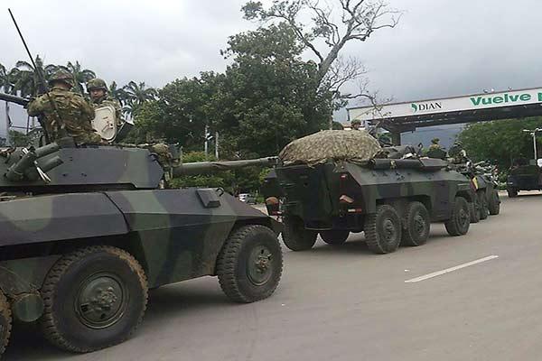 Tanquetas colombiana se dirigen al puente Simón Bolívar  Foto Twitter