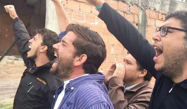 Activistas de Voluntad Popular se apuestan a las afueras de Ramo Verde |Foto: Nota de prensa