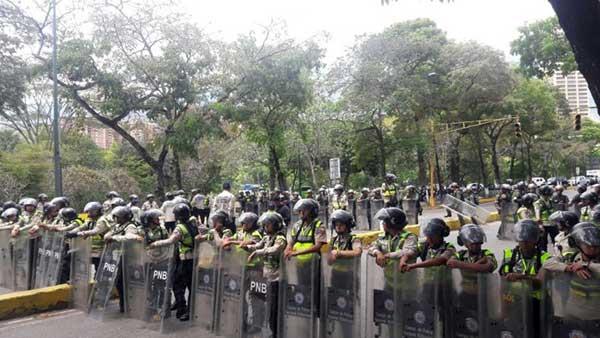 Fuerte contingente de la PNB se encuentra apostado a las afueras de la UCV | Foto: La Patilla