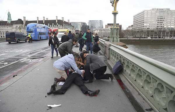 El ataque dejó al menos cuatro muertos frente al Parlamento británico en Londres | Foto: AFP