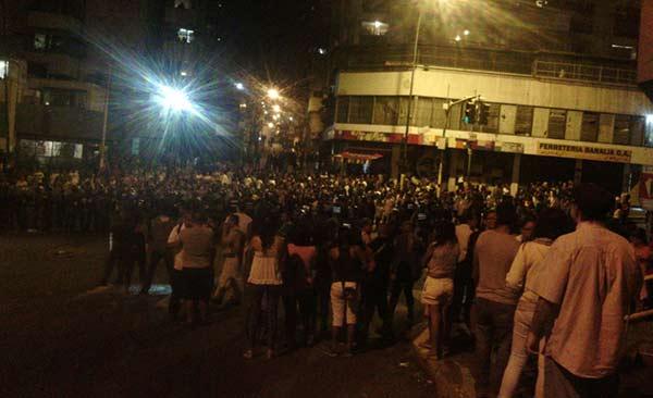 Ciudadanos realizaron protesta nocturna a escasos metros de Miraflores en defensa de panaderos   Foto: Twitter