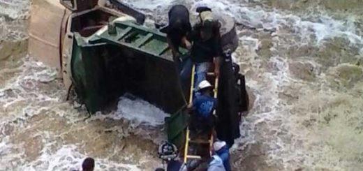 Camión 350 cayó al río Guaire | Foto: Twitter