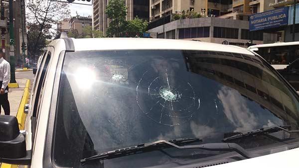 Tirotearon camioneta de la alcaldesa de Caracas   Foto: Twitter