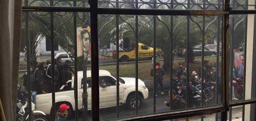 Colectivos armados rodean el Palacio Legislativo | Foto: Twitter