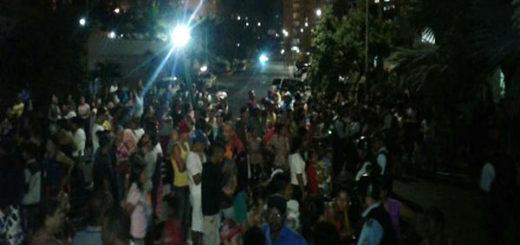 Varguenses protentan frente a la casa del Gobernador García Carneiro