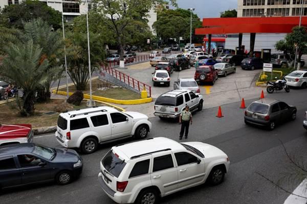 Largas colas por falta de gasolina en Caracas y otras ciudades | Foto: Reuters