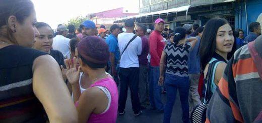 Vecinos se aglomeran en la licorería | Foto: La Verdad