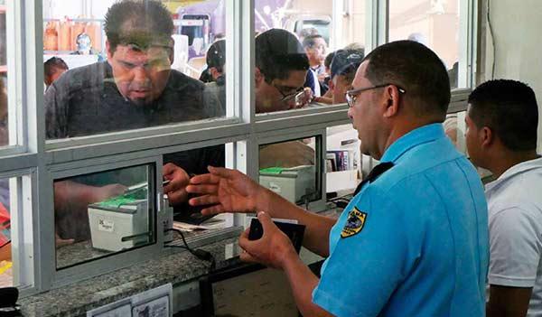 Oficial migratorio de Panamá atiende a un extranjero | MIGRACIÓN DE PANAMÁ