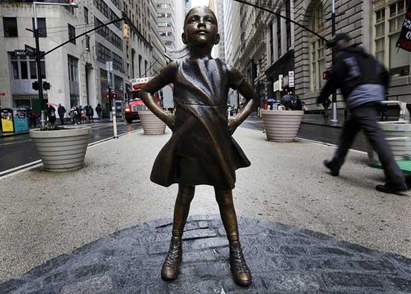 El desafiante homenaje a las mujeres frente al emblemático toro de Wall Street | Foto: EFE