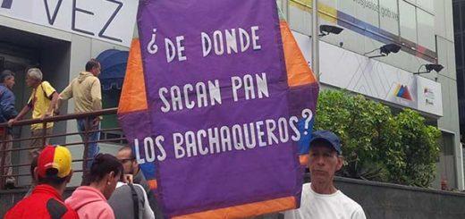 Caraqueños piden al Gobierno que saque a los colectivos de las panaderías | Foto: El cooperante