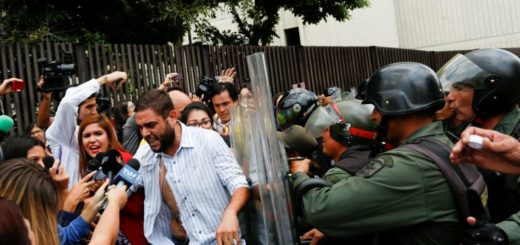 Periodista fue agredida por la GNB | Foto: Reuters