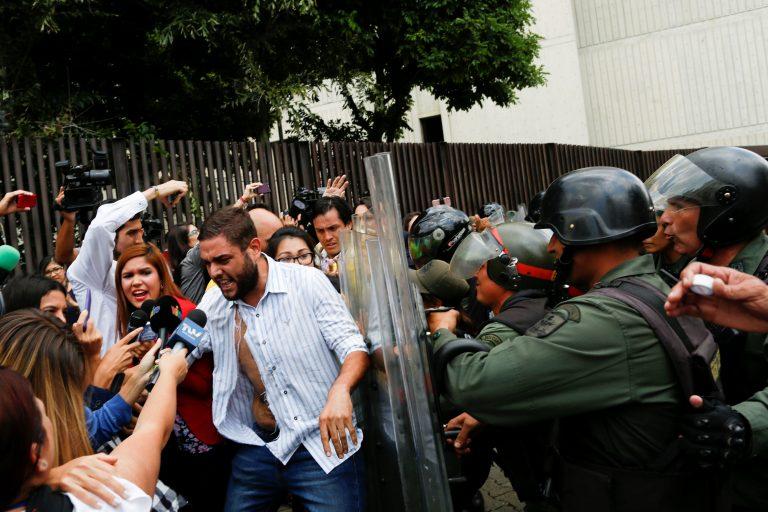 Periodista fue agredida por la GNB   Foto: Reuters