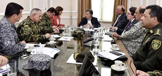 Santos (c), en reunión con su canciller, María Ángela Holguín (i), su ministro de la Defensa, Luis Carlos Villegas | EFE