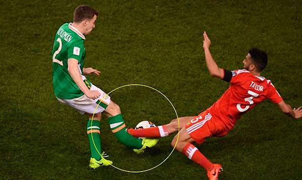 Futbolista irlandés, Seamus Coleman al momento de la fractura   Foto: mirror.uk
