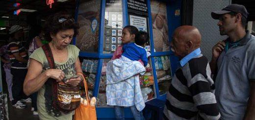 La gente hace fila para comprar pan en Venezuela. | Créditos: Wil Riera / Bloomberg