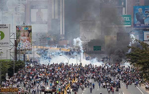 2017-04-10T173847Z_1753556131_RC1F571BFB20_RTRMADP_3_VENEZUELA-POLITICS