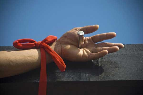 En Filipinas hay personas que clavan sus manos y pies a una cruz de madera | Foto referencial
