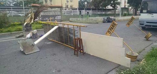 Enfrentamiento en la Base de Aragua #9Abril dejó barricadas  Foto: @LABC7
