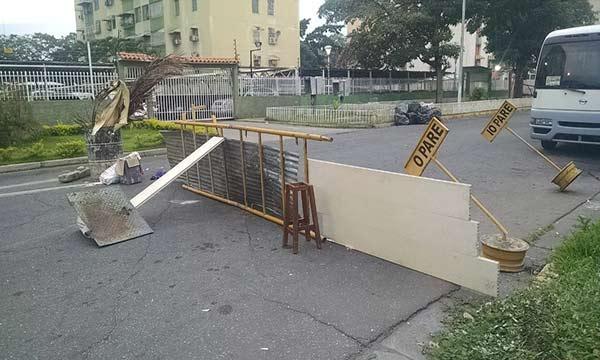 Enfrentamiento en la Base de Aragua #9Abril dejó barricadas |Foto: @LABC7