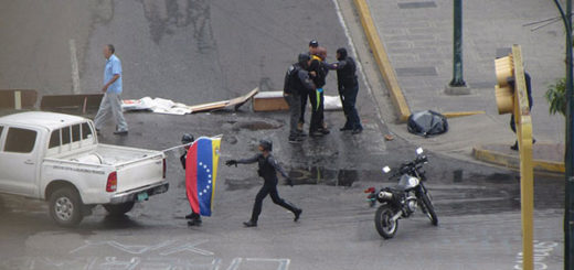 Funcionarios policiales reprimen a manifestantes en La California | Foto: @Oriana_Vzla