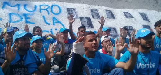 """Jóvenes crearon """"Muro de la vergüenza"""" en la autopista Francisco Fajardo   Foto: @MariaCorinaYA"""
