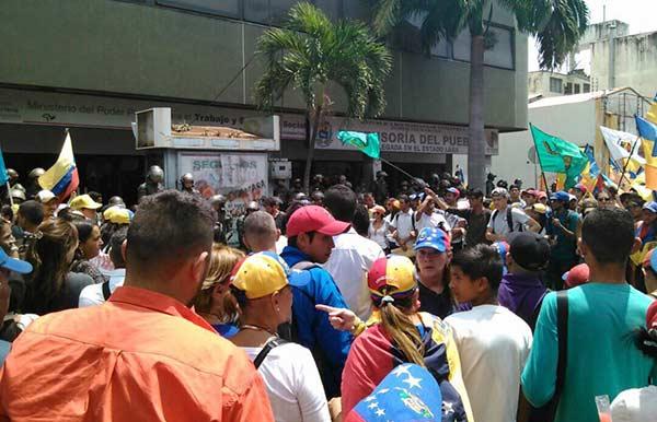 Opositores lograron llegar a a la sede de la Defensoría en Lara | Foto: Vía Twitter