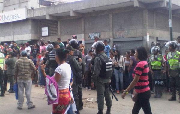 Enfrentamiento entre buhoneros y colectivos generó tensión en Catia