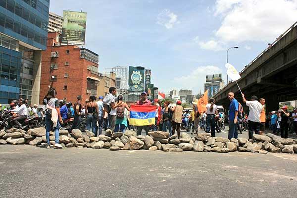 Diputados que se refugiaron en el CC El Recreo fueron amedrentados por colectivos | Foto: @joseolivaresm