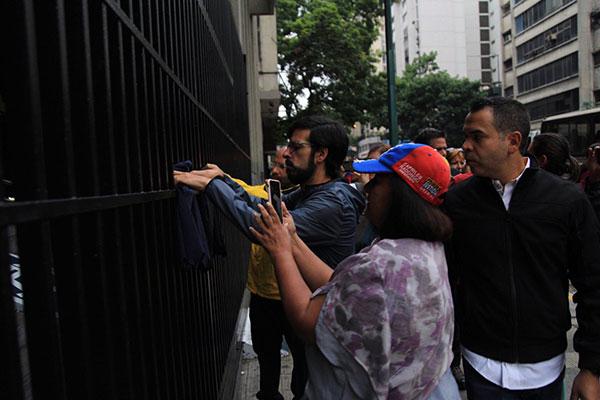 Diputados de la Unidad madrugaron en el Ministerio de Interior y Justica | Foto: @Miguel_Pizarro